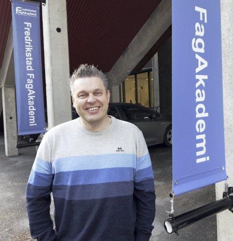 PÅ STADION: Bjørn Arild Syversen er en veteran på Fredrikstad FagAkademi, som holder til på stadion. FOTO: GLØV