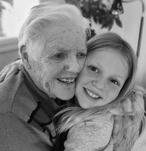 Alma (10) og Elsa (90) ga hverandre en god, varm klem da Alma Mathilde Paulsberg var på besøk lørdag. Da var det ti dager siden oldemor Elsa Syversen var ferdig vaksinert