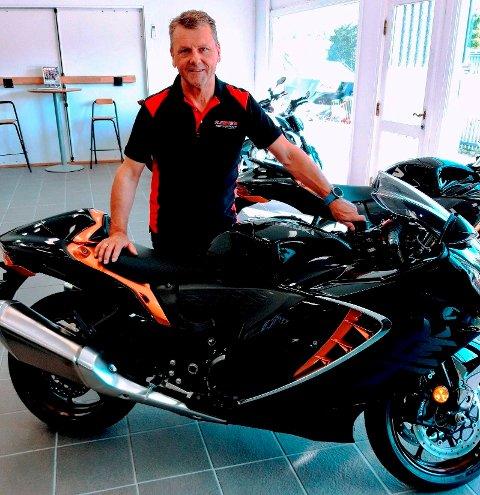 Ronny Leere viser frem forretningens raskeste MC. Motorsykkelen har 190 HK. Men Ronny tar avstand fra råkjøring.