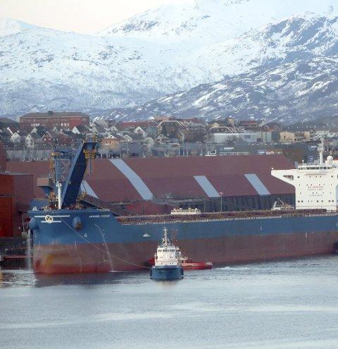 Dette bildet er fra testingen startet. Da fikk Anangel Vigour være den første malmbåten til å få teste det helt nye kai-anlegget ved LKAB.