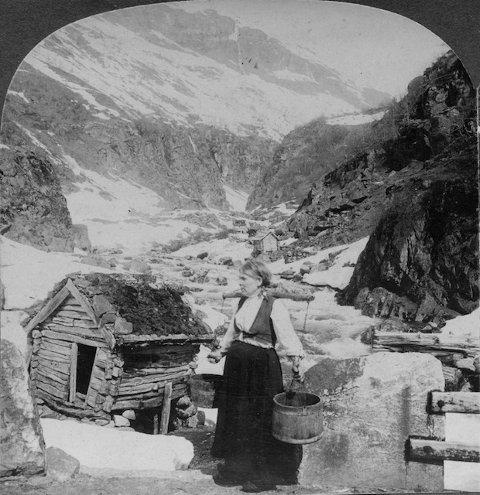 Slik såg det ut ved Tufteelva kring 1906, og Oddbjørn Lynghammar peiker på at at kvernhuset var gamalt alt den gangen.