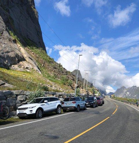PARKERINGSPROBLEMATIKK: I sommer har det vært store trafikale utfordringer i forhold til parkering i Moskenes.