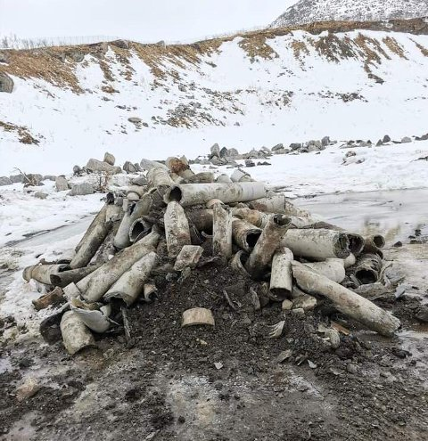 FORSØPLING: En haug med gamle vannrør kom fram da snøen trakk seg tilbake i Torskenskaret på Senja, mellom bygdene Gryllefjord og Torsken.