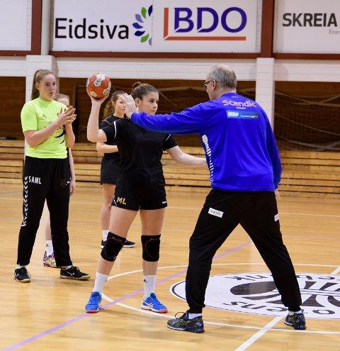 Skreias My Lervold og målvakt Sophie Amalie Möbius Lindås blir instruert av eliteserietrener Arne Senstad. Foto: Privat