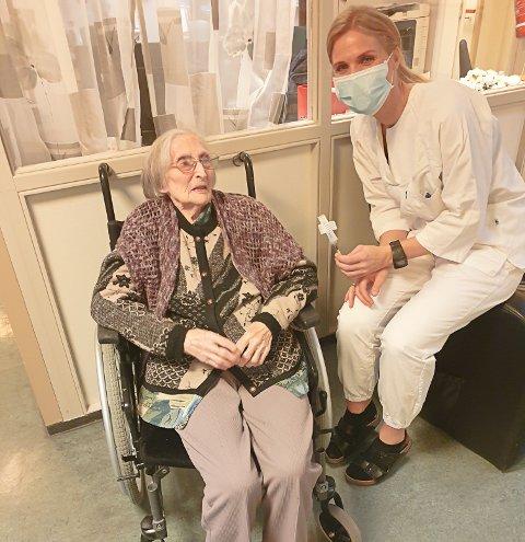 VAKSINERT: Hjørdis Jordal (100) var den første i Gjemnes som fikk koronavaksine. Sykepleier og vaksinekoordinator Ragnhild Høyem til høyre.