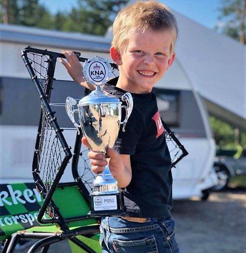 Fornøyd: Her har Magnus Bakken fått lønn for strevet, og det er ingen tvil om at sjuåringen er fornøyd.