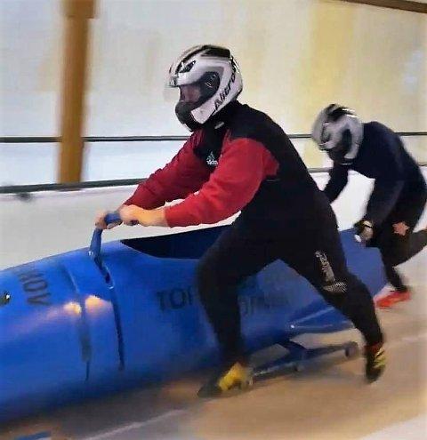 Trening: Her trener Tommy Aanensen (t.v.) og stesønnen Mathias Olivares i bob- og akebanen i Hunderfossen.