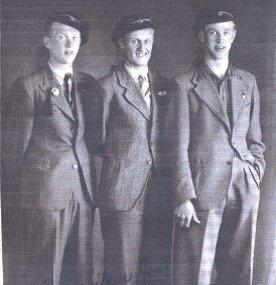 STAUTE KARER: Fra venstre: Carl Erik Fossum, Leif Erik Karlsen (Kolsung), Per Wiedswang, russ før kjeledressens inntog.