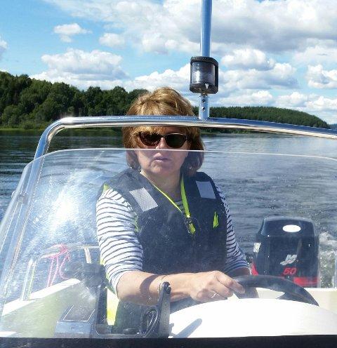 Hverdagshelt: Trine Urang var ute i båten sin da hun fikk øye på Fabian Flaatten (14) som vinket på hjelp i Tyrifjorden. Etter en etterlysning i avisa, fikk familien takket Urang for all hjelp.