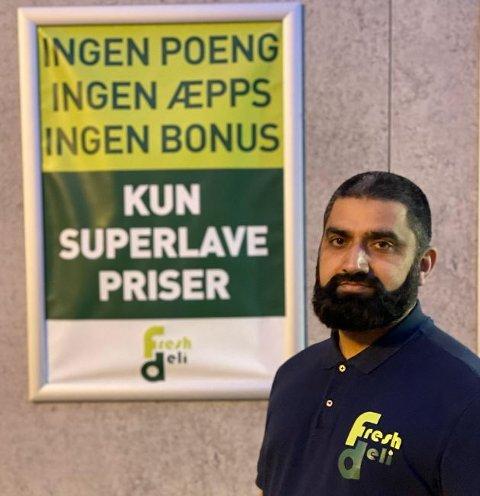 Amjad Pervaiz i butikken på Mysen sier plakaten har hengt på veggen lenge.