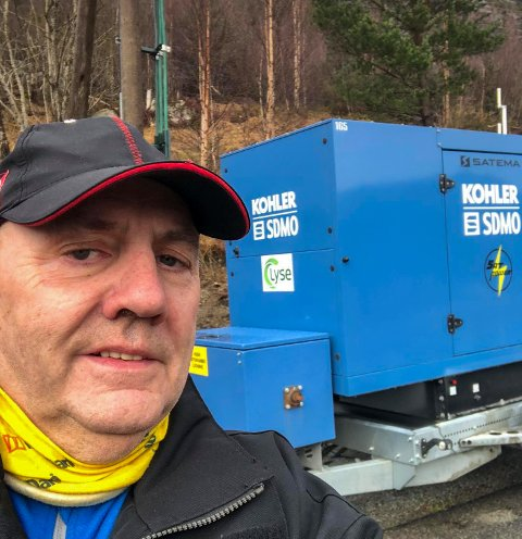MIDLERTIDIG LØSNING: Alf Per Hatleskog står ved aggregatet som står midlertidig i Songesand.