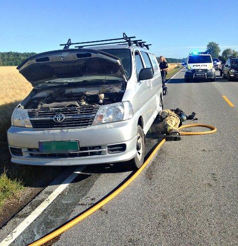 Bilen hadde vært ute på jorde, og fått med seg litt halm som det senere tok fyr i.