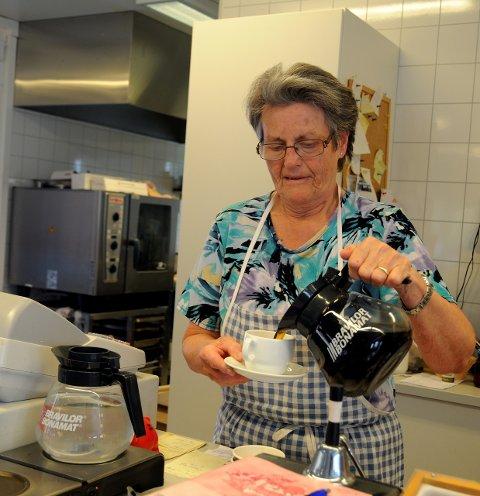 Gir seg: Etter 35 år, og i en alder av 72, syns Anna Skjærstein det får være nok kaffeskjenking. Bruflat Kafé er et naturlig samlingspunkt.