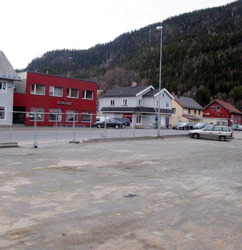 Mye brukt: Parkeringsplassen rett overfor avishuset Valdres i Fagernes sentrum er mye brukt. Den er nå åpnet igjen for alminnelig ferdsel.