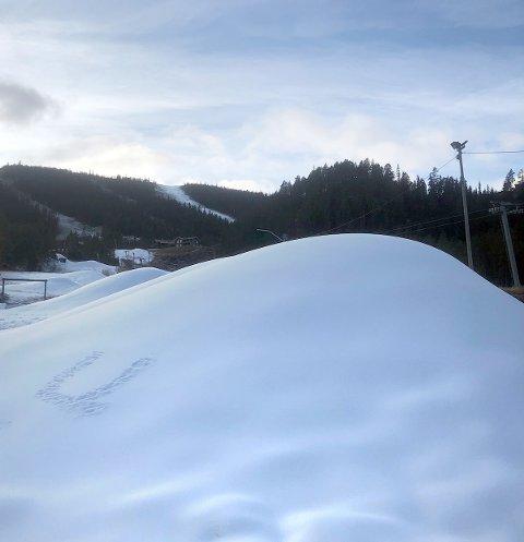 Slik så det ut på Uvdal skisenter ved 13-30-tiden torsdag ettermiddag. Skisenteret åpner bakken allerede 9. november. Først i vårt distrikt. På det meste har 40-50 snøspyd spyttet ut hvit snø i bakkene.