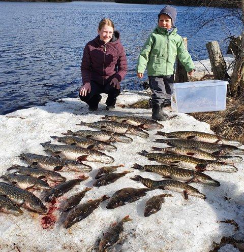 STOR FANGST: Leah Nilsen (12) og Johannes B. Carlstedt (3) beundrer lørdagens fangst.