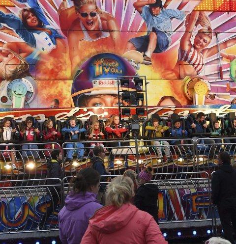 FART: Når en har gledet seg i ukesvis til karuseller, lar ungdommen seg ikke stoppe av litt regn. Foto: Asbjørn Risbakken