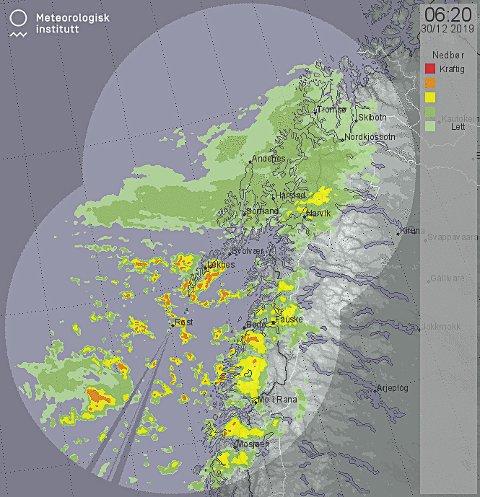 NEDBØR: Et værradarbilde oppdatert klokken 0620. Rød farge indikerer kraftig nedbør.