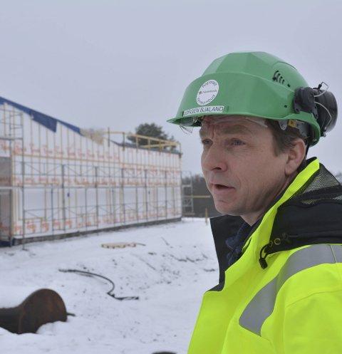 Godt førsteinntrykk: Jørgen Bjåland (43) sier førsteinntrykket på en arbeidsplass sier mye om hvordan entreprenøren arbeider. Her tar han en kikk på de nye demensboligene som bygges i Askim.