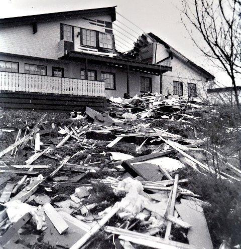 1992: Det gikk hardt ut over mange hus på Nordmøre da nyttårsorkanen herjet. Averøyfamilien som bode i dette huset hadde akkurat forlatt etasjen da det smalt. ¬arkivfoto