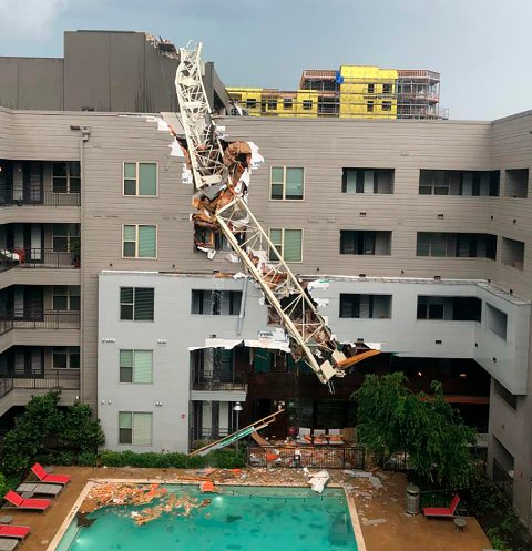 En kvinne døde og to ble kritisk skadd da en kran kollapset over et seks etasjers leilighetsbygg i Dallas i Texas.