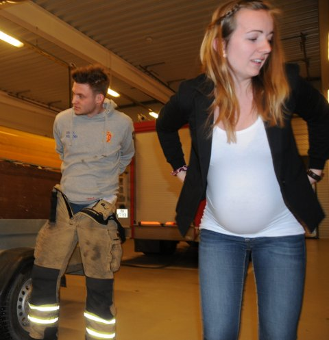 Høggravid: Marit Hegge mener det er viktig med kvinner i brann- og redningstjenesten. T.v. prøver  Tage Strande brannbukse.
