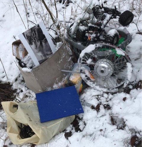 SKROT: Ødelagte sykkeldeler og elektronikk var blant tingene Helland kom over i Hakadal forrige helg.