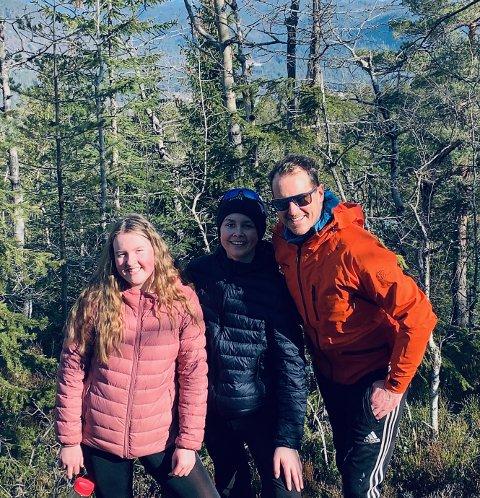 Pappaen Per Gunvald Haugen og tvillingene Anna og Lars Erik Bråten Haugen, synes hjemmekontor og hjemmeskole går bra. Men barna begynner å savne både skolen og vennene sine.