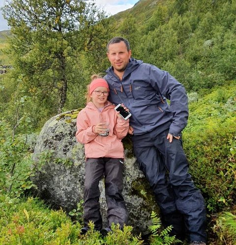UVENTET FUNN I SKOGEN: Malene Revheim Lunde (10) sammen med sin far Stein Magne Lunde (36) på blåbærtur på Vågslid.