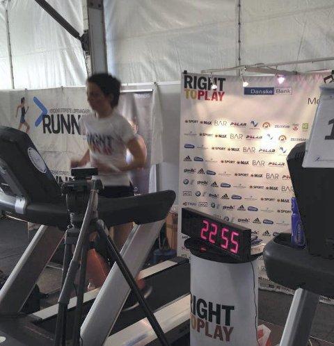 Nærmer seg slutt: Her har Jeanette løpt 22 timer og 55 minutter - og hun er fortsatt i siget. Foto: Privat