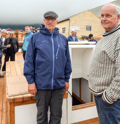 Anders Jordal (t.v.) og båtbyggjar Kristian Djupevåg på dekk etter at «Gurine» var buksert trygt til kai i Skålafjæro.