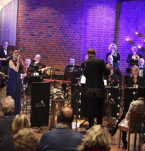 FUNKY FØRJULSSTEMNING: Follo Big Band serverte en energifylt konsert i Ski Nye Kirke lørdag.FOTO ODD INGE RAND