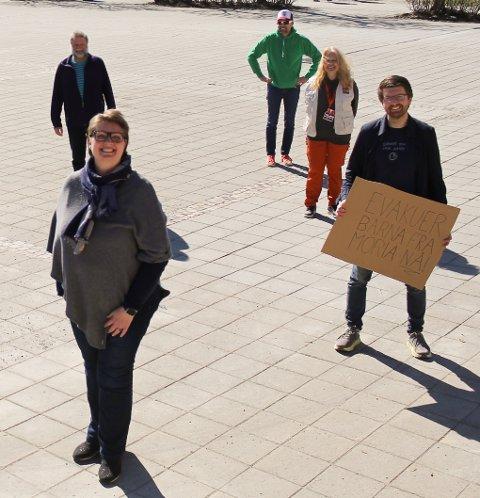 OPPROP: Flertallspartiene Ap, SV, KrF, V, MDG og Sp sammen med Rødt ber regjeringen om å evakuere barna fra flytkningeleiren Moria på Lesvos. Her står ordfører Hanne Opdan i front med varaordfører Hans Martin Enger til høyre. Bak ham står Ane Kandal fra Rødt og Refugee4refugees, Paal Sjøvall fra Sp og bak til venstre Tore B. Kristiansen fra Rødt.