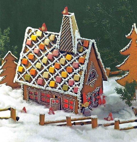 Suksess: Ferdig byggverk i tradisjonell pepperkakehusstil med tradisjonell pepperkakehuspynt.