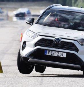 Her går bilen på to hjul i testen. Teknikens Värld omtaler bilen som uforutsigbar og at oppførselen er farlig.