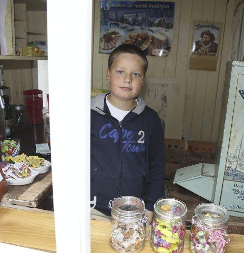 """GODTEBUTIKKEN: Martin Taule Måge (8) var butikksjef i """"Den lille godtebutikken"""", i butikken der tidlegare handelsstyrar Georg Dalland hadde kontoret sitt."""