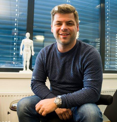 ESKALERER: – Det eskalerer voldsomt når dette først biter deg, sier Kristian Hviding Kvam. Her har han på seg en Rolex verdt 350.000 kroner på jobb som kiropraktor.
