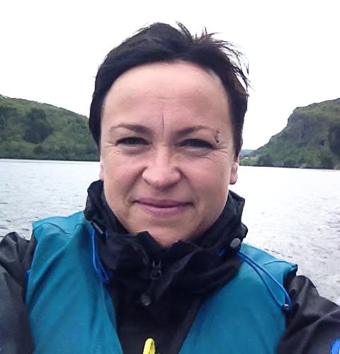 PROSJEKTLEIAR: Marita Solheim er no i ferd med å sette opp dei nye skilta i samband med kulturvandringsprosjektet.