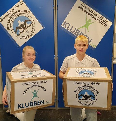 GAVER: Gavene fra Akershus svømmekrets og klubben.no inneholdt to oppblåsbare vannpolo-mål. Det var Årolilja Valberg-Skaali og Aleksander Sternal godt fornøyde med.