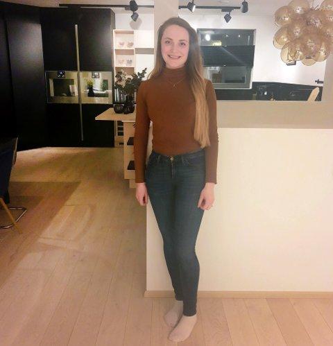 Her er Anneli Moholt på sitt nye kjøkken.