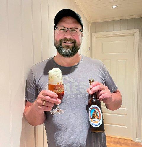 GRUNN TIL FEIRING: Tom Freddy Thorsen fant ei flaske med vinnerølet i kjøleskapet, og den ble selvsagt jekket opp rett etter at beskjeden fra Namsos hadde kommet: Du er namdalske mester i ølbrygging!