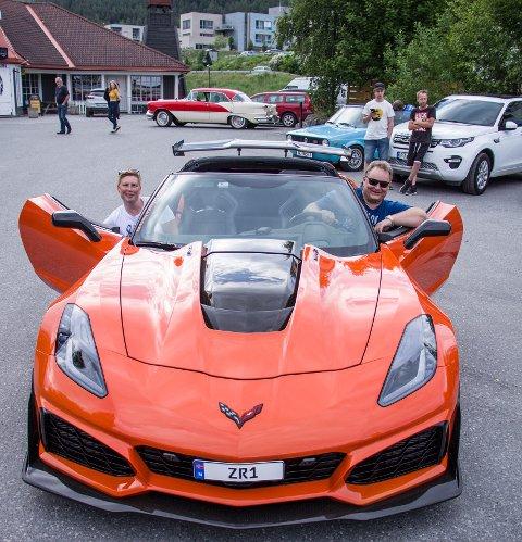 En av åtte: 2019-modellen Corvette ZR1 har hele 779 hestekrefter og en toppfart på 341 kilometer i timen. Eier Erik Berge fra Røn stiller med fartsvidunderet utafor Fagernes kino i forbindelse med «Børning 3»-premieren fredag kveld. Passasjer på bildet er Line Marie Knagenhjelm.