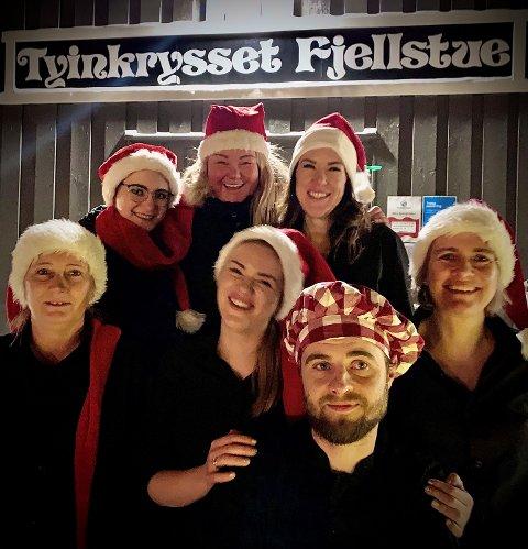 Denne gjengen lokker med fire retters middag nyttårshelga. Bak fra venstre: Karolina Frankowicz, Line Svien, Emma Bejmar. Foran fra venstre: Inger Buajore, Marcelina Rzepoluch, Lukasz Rzepoluchog Hanne Karlsen.