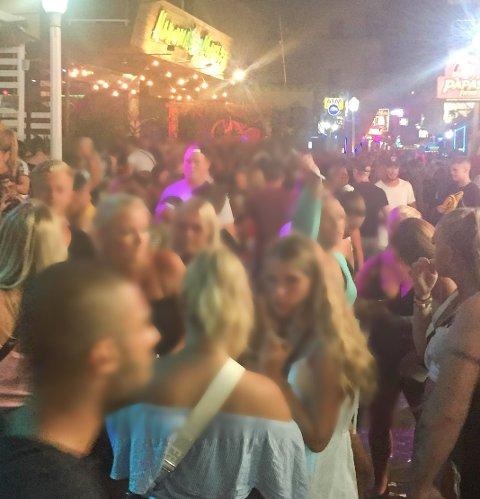 FEST, FYLL OG DOP: Party street i Rhodos er proppfull med unge feststemte skandinaver i sommer. Nå advarer russebussjef neste års russ om å reise ned.