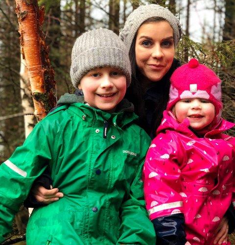 Brannmareritt: Ida Johanne Nordal (29) og barna hennes Ivar Johannes (10) og Vilde (3) er en av tre familier som nå står uten sted og bo etter brannen som brøt ut lørdags kveld på Fauske: - Det bor til sammen seks barn i leilighetene, og heldigvis ble ingen av de skadet, sier Nordal.