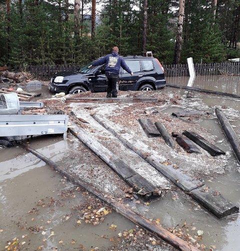Huset og bilen var rasert da Turid Eiesar kom tilbake til huset i Nordberg dagen etter at vannet flommet innover.