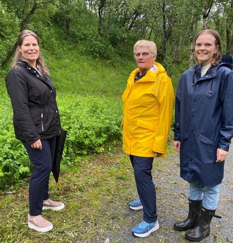 SPILLEMIDLER: Linda Helen Haukland (t.v.) sammen med folkehelsekoordinator i Alstahaug Ingunn Stemland (t.h.) og kommunegartner Tove Eliassen i Sandneselva trimpark.