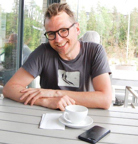 MORFARS BREV: - Det var brevene fra morfar til mormor under krigen som ga meg ideen til boka, sier forfatteren Mattis Øybø. på Hellerasten.