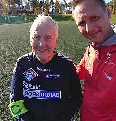 SEIG: Rolf Hansen (79) og Pål Kjetil Walle (43) etter at Bardu IL slo Lavangen lørdag. Hansen har ingen planer om å legge fotballen på hylla enda.
