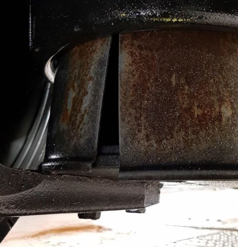 Bildet viser en av flere sprekker som kontrollørene fant på vogntoget.